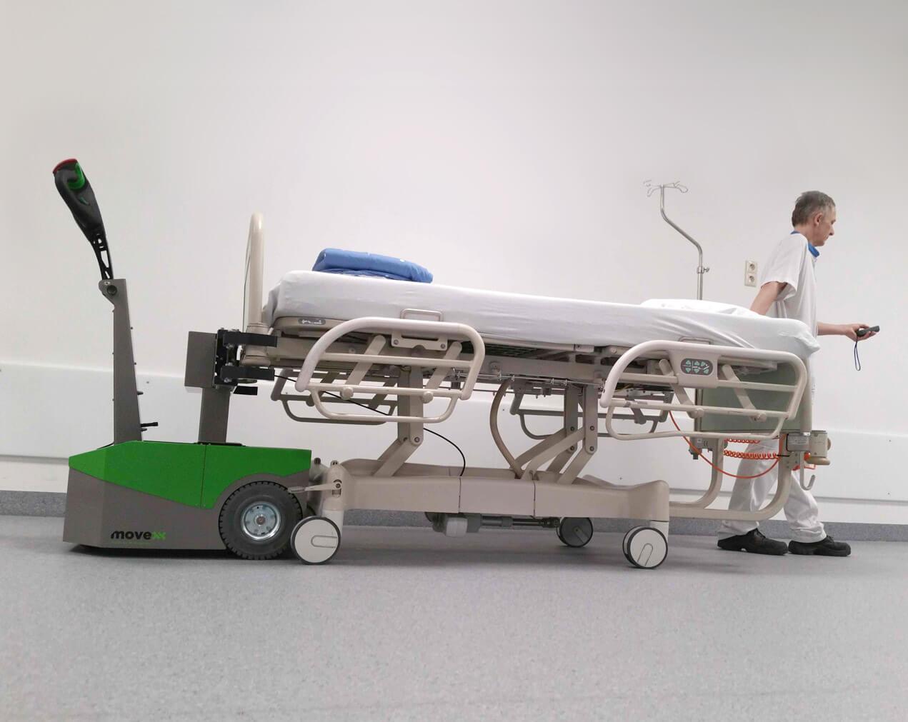 Bedmover elektrotrekker BM500R-FFC vervoert ziekenhuisbed.